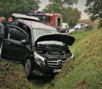 Toyota na krajowej 20 pod Półcznem uderzyła w mercedesa