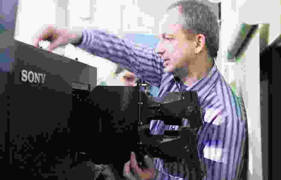 Operator Zbigniew Kmieciński z Rialto obsługuje nowoczesny projektor o rozdzielczości 4K