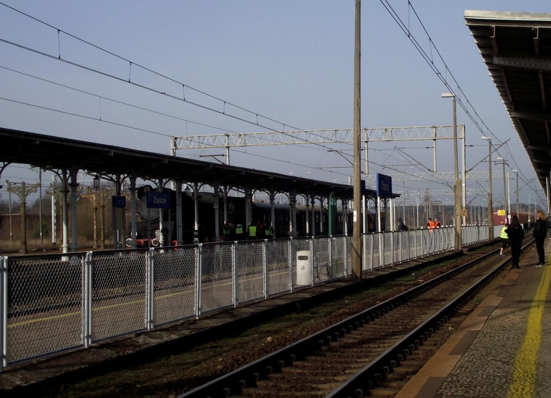 """Dworzec PKP w Zbąszyniu.  Tutaj kręcone są sceny do nowego serialu Telewizji Polskiej """"Drogi wolności"""""""