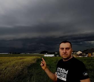 """To lato jest wyjątkowo niespokojne - mówi """"łowca burz"""" Jarosław Turała"""