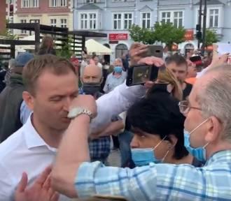 Pięścią w nos posła Nitrasa! Agresja na wiecu Trzaskowskiego