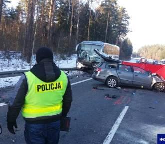 Zderzenie 4 aut i autobusu z dziećmi pod Olsztynem. Nie żyją 3 osoby