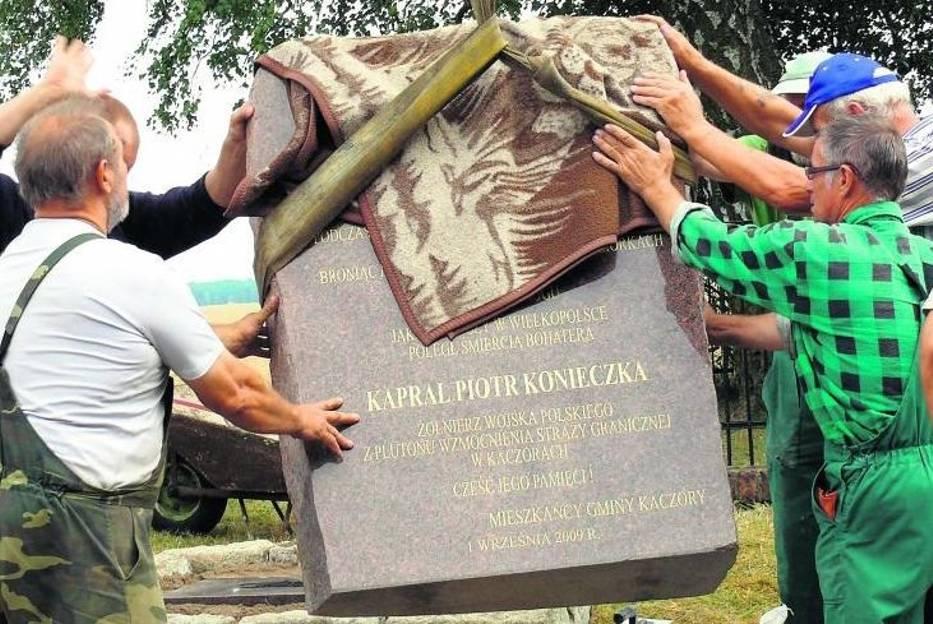 Do tej pory kapral Piotr Konieczko miał tylko swój grób w Śmiłowie, od dziś będzie miał także pamiątkowy obelisk w Jeziorkach