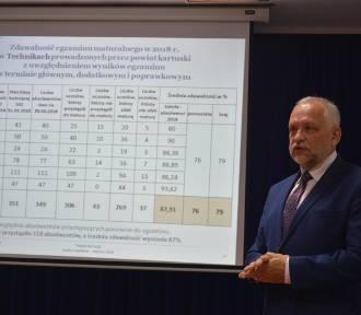 Starostwo Powiatowe w Kartuzach przedstawiło stan realizacji zadań oświatowych - ZDJĘCIA