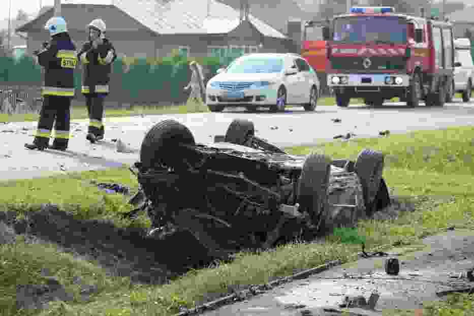 Groźny wypadek w Przedmieściu Dubieckim w powiecie przemyskim. Po zderzeniu lancii z passatem z samochodu wypadł silnik [ZDJĘCIA]