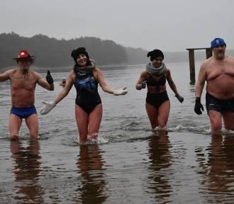 """Gubińska Grupa Morsów """"da nura"""" do zimnej wody na rzecz WOŚP"""