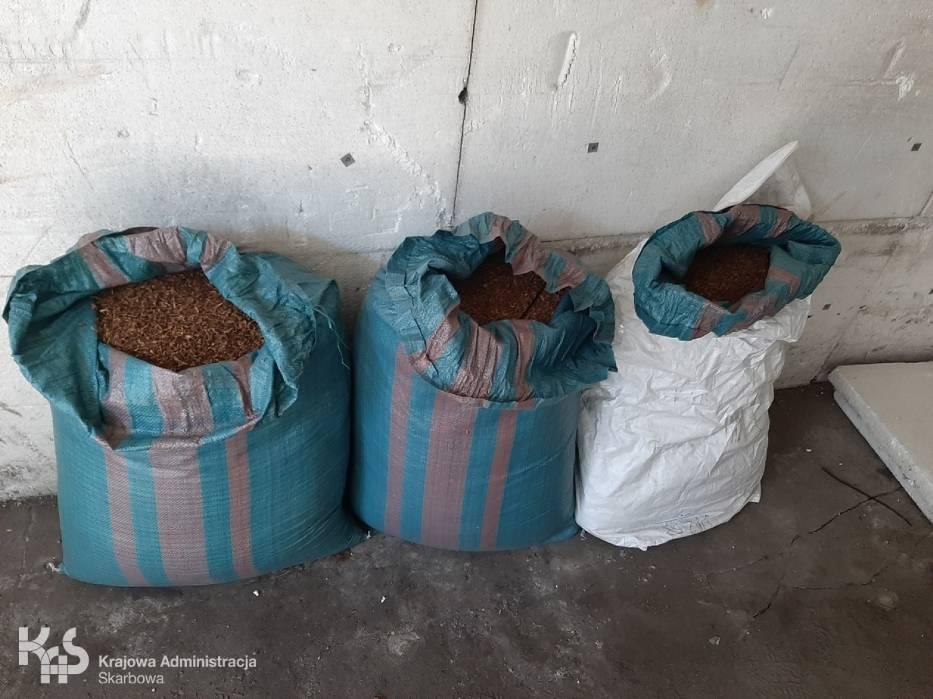 Funkcjonariusze kujawsko-pomorskiej Krajowej Administracji Skarbowej ujawnili kontrabandę w garażu we Włocławku