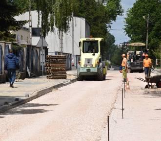 Trwa przebudowa ulicy Opiesińskiej w Zduńskiej Woli [zdjęcia]