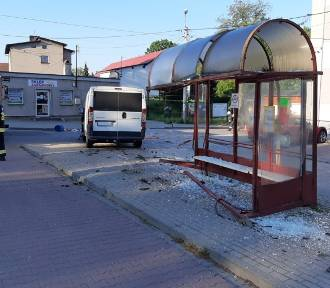 Samochód dostawczy staranował wiatę przystankową w Jawiszowicach