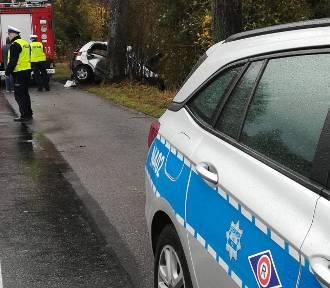 Śmiertelny wypadek na drodze wojewódzkiej nr 221 w Jodłownie. Kierowca z urazem kręgosłupa, pasażer