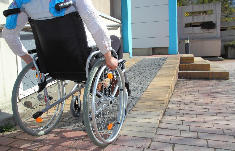 Bariery architektoniczne zaczną znikać? Rząd sfinansuje ułatwienia dla osób niepełnosprawnych