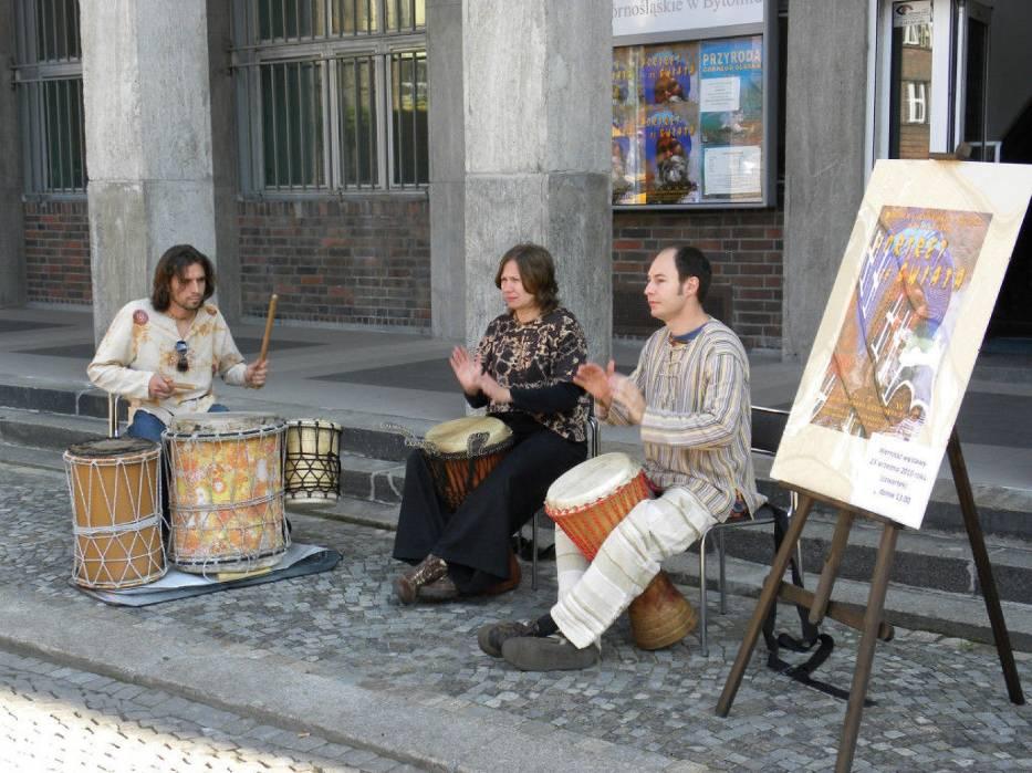 Trio grą na bębnach witało uczestników wystawy