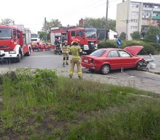 Pijany kierowca rozbił się na rondzie przy ul. Dzieci Polskich [FOTO]