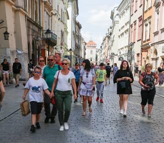 Miasto znów tętni życiem. Krakowianie chętnie spacerują po Rynku i Kazimierzu [ZDJĘCIA]