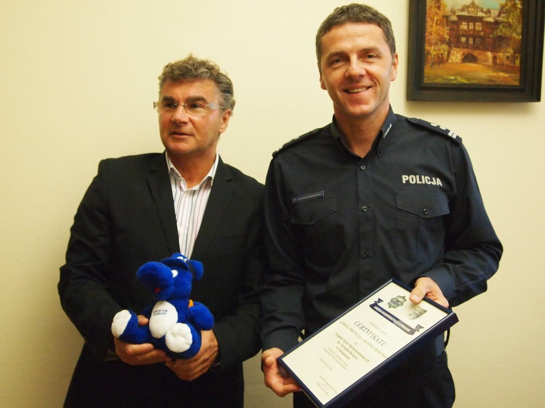 Piotr Dziekanowski, wicekomendant policji w Zakopanem, wręcza certyfikat dyrektorowi Markowi Donatowiczowi