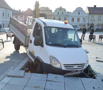 Samochód wjechał do fontanny multimedialnej na płycie Rynku w Bochni