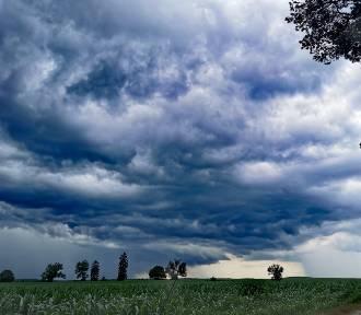Burza w regionie w obiektywach naszych Czytelników. Niesamowite ujęcia chmur i nieba