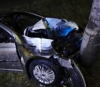 Auto uderzyło w latarnię, a potem stanęło w płomieniach