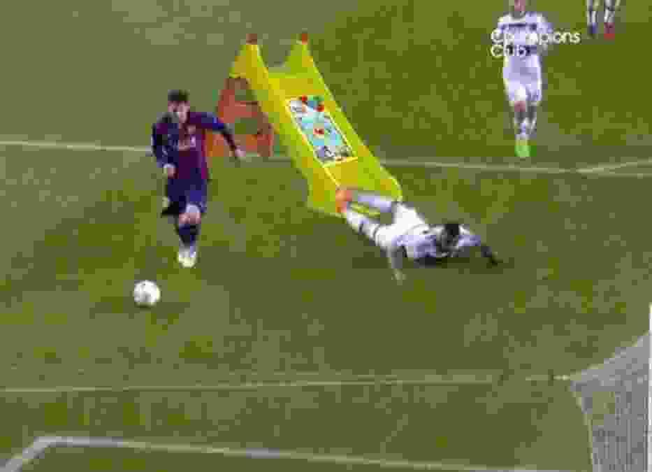 Jerome Boateng komicznie upada w meczu z Barceloną
