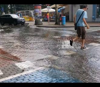 Ulewa w Pucku. Polało i zalało ulice. Na molo można było płynąć   | ZDJĘCIA, WIDEO
