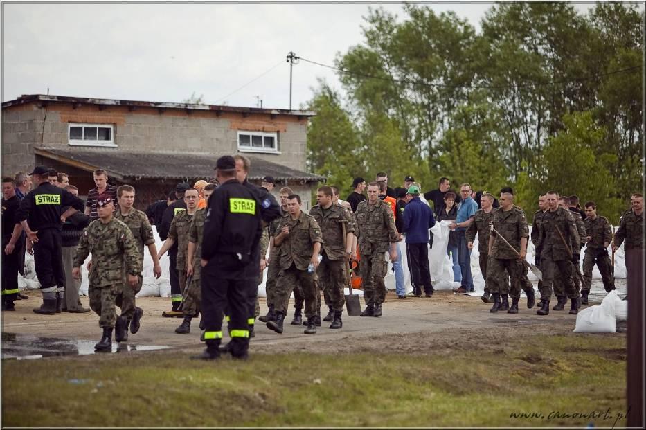 Żołnierze idą w najbardziej przeciekające miejsce wałów