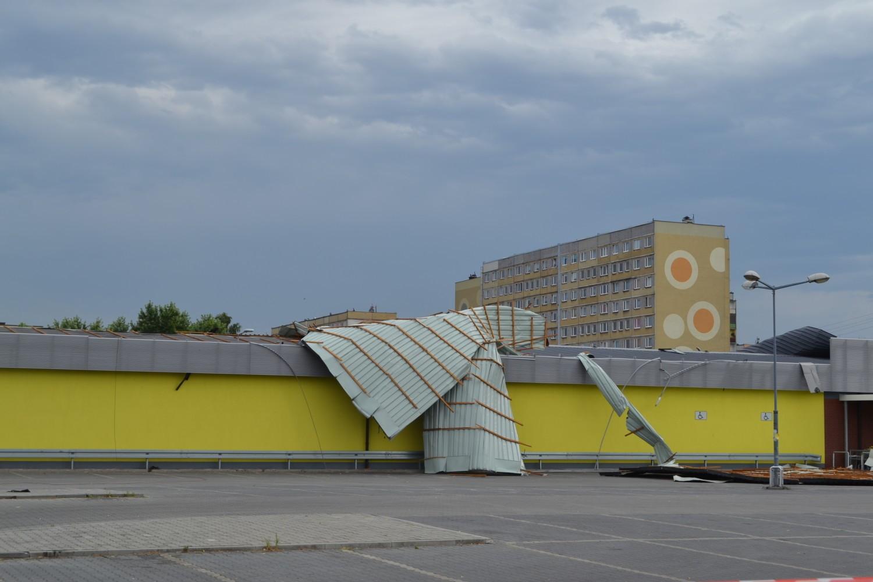 Zerwany dach Biedronki w Rybniku