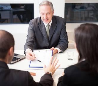 """Kredyt mieszkaniowy – uważaj na zakazane zapisy w umowach. """"Banki stosują je od lat"""""""