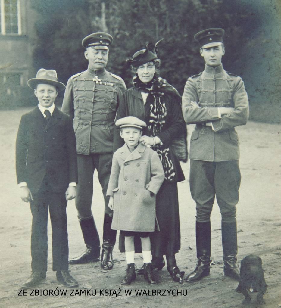 Jedyne znane zdjęcie księcia Jana Henryka XV Hochberg von Pless z żoną - księżną Daisy oraz ich synami Janem Henrykiem XVII, Aleksandrem i Bolkiem. Wykonał je Louis Hardouin, a dla zamku Książ podarowała jego wnuczka Jean Wessley