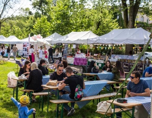 Targ Śniadaniowy w Warszawie to cykliczne spotkania na świeżym powietrzu, podczas których możemy spróbować świeżych produktów od lokalnych wystawców. Dla wielu stały się już stałą formą spędzania wolnego czasu.