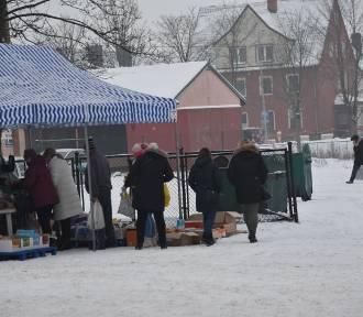 Zima - targ w Sławnie - w okowach trzyma ZDJĘCIA. Jak się handluje na mrozie?