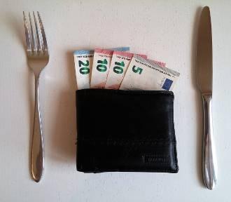 Koszt utrzymania w Polsce i za granicą. Porównaj, jaką część pensji wydajemy na życie