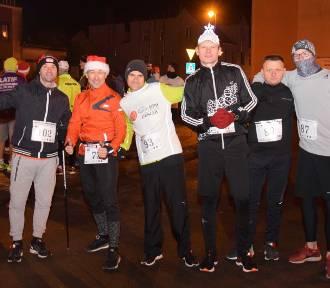 Nowy Staw. Bieg Świętego Mikołaja odbył się po raz pierwszy [ZDJĘCIA]. Biegali i szli ulicami miasta