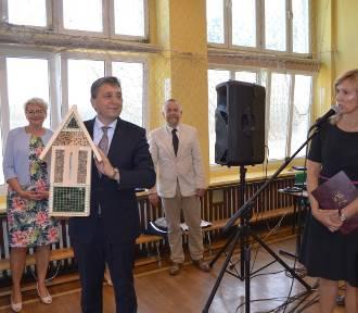 Burmistrz Śmigla przekazała uczniom domki dla owadów