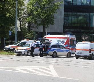 Mężczyzna wpadł pod tramwaj na Powstańców Śląskich we Wrocławiu [ZDJĘCIA]