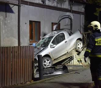 Samochód wypadł z drogi i uderzył w dom! [ZDJĘCIA]