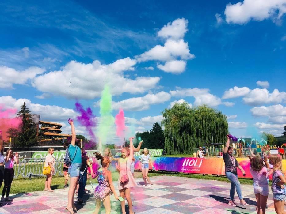 Tak wyglądała zabawa z barwnymi proszkami w Chodzieży w 2020r