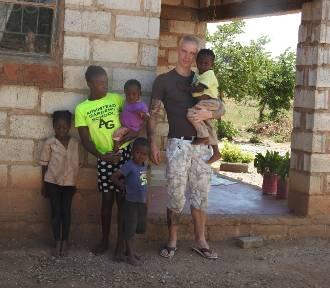 Poznański podróżnik zbiera pieniądze na budowę domu dla afrykańskiej rodziny