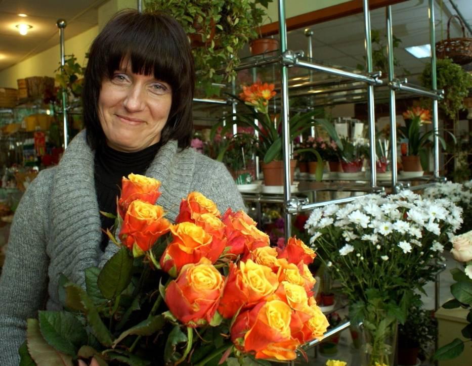 """- Najlepsze będą róże i tulipany - radzi Edyta Chojnacka z """"Kwiaciarni w podcieniach"""" na lubelskim deptaku"""