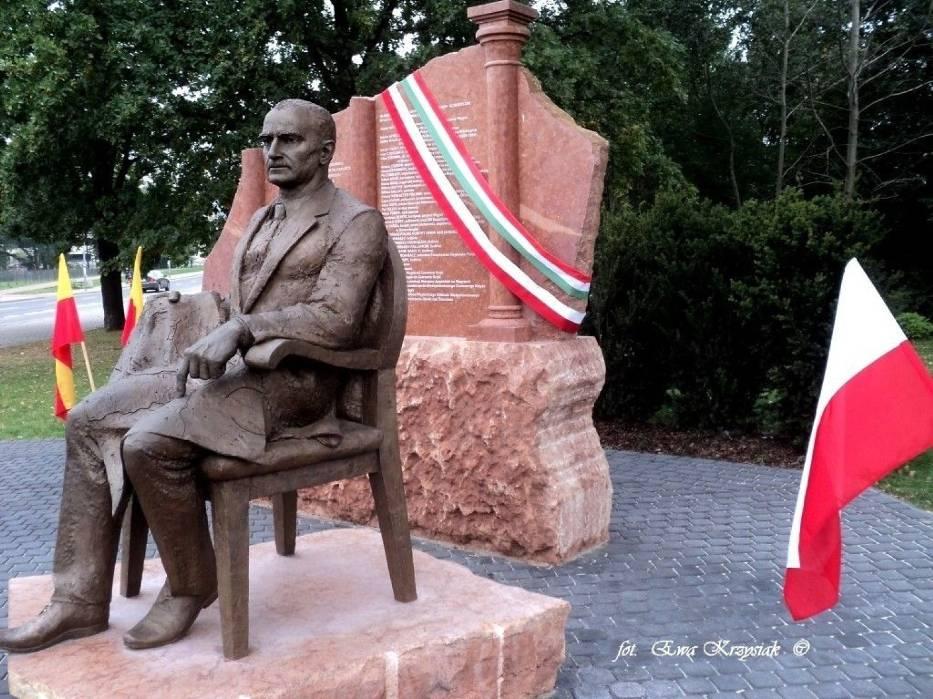Pomnik ministra László Osvátha, który w czasie II wojny światowej ocalił setki polskich żołnierzy i cywilów znajduje się u zbiegu ulic Hanki Ordonówny i Strumykowej