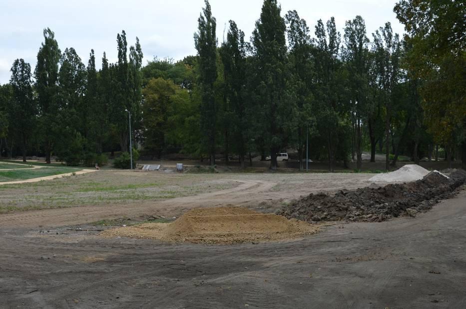 Na terenie drugiej części parku w ramach rewitalizacji wykonane są już ścieżki, a ekipy remontowe pracują nad budową  jeziorka, w które ma być atrakcją parku