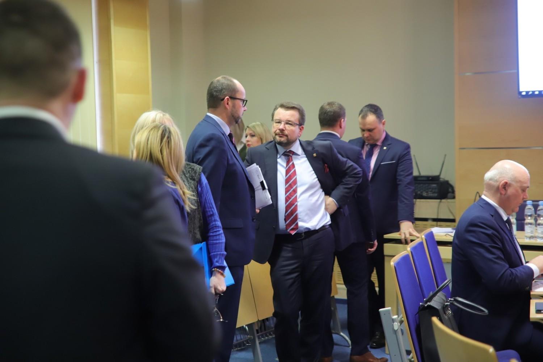 Do pierwszych spięć między radnymi opozycji, a rządzącym klubem PiS doszło już na początku sesji, gdy radna Iwona Lewandowska (KO) zaproponowała zdjęcie z obrad punku dotyczącego przyjęcia stanowiska w sprawie Karty