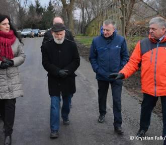 Gm. Nowy Dwór Gdański. Droga Orłówko-Tuja. Asfalt zastąpił połamane płyty betonowe