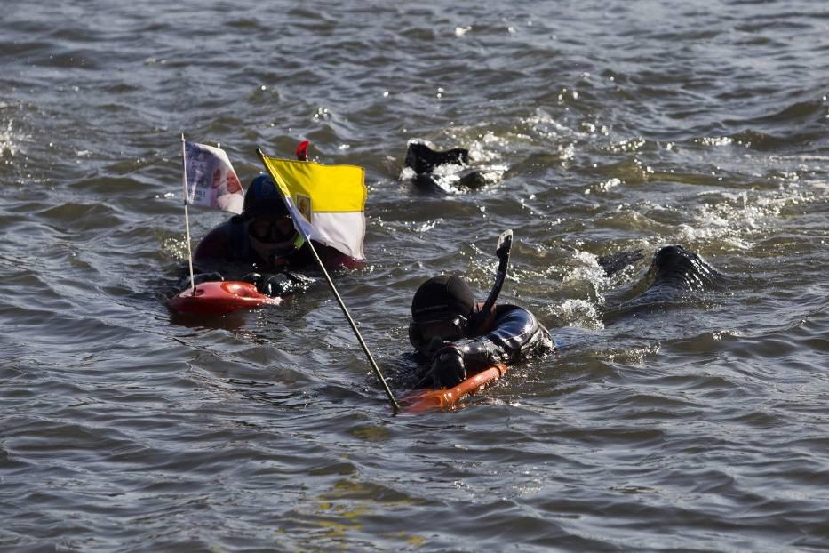 Dwóch mężczyzn pokonało wpław 80 km by uczcić świętego Jana Pawła II
