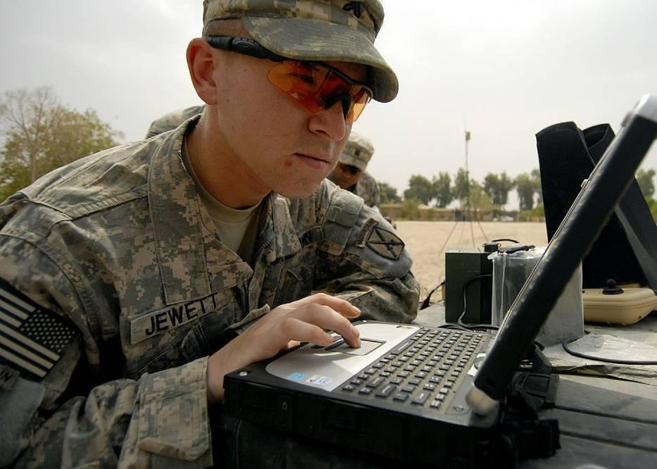 Amerykański żołnierz korzystający z komputera, podczas misji w Iraku