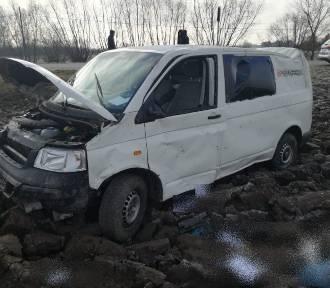 Na drodze wojewódzkiej w Otfinowie dachował samochód z trzema osobami