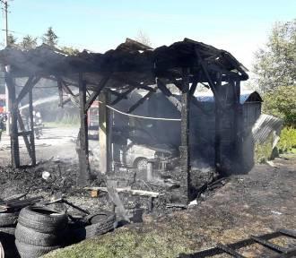 Na ul. Poręba Mała spłonęła wiata i blaszany garaż. Ogień zagrażał sąsiednim budynkom