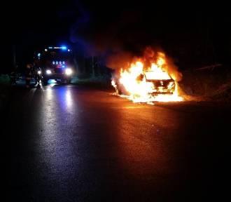 Marcyporęba. Samochód spalił się na powiatówce