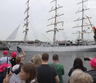 Dar Młodzieży wypłynął ze Szczecina w rejs dookoła świata z okazji 100-lecia niepodległości Polski