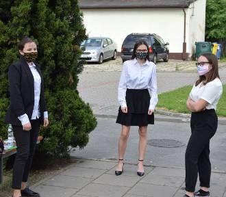Wieluń. Egzamin ósmoklasisty 2020 w Szkole Podstawowej nr 4. Uczniowie zmagają się matematyką[FOTO]