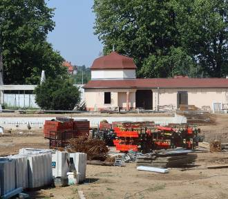 Powstają letnie baseny przy ulicy Stromej w Legnicy [ZDJĘCIA]